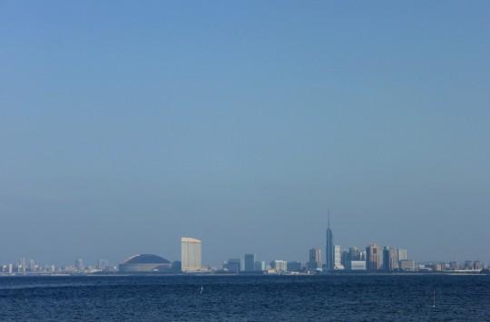 海から眺めたヤフオクドームと福岡タワー
