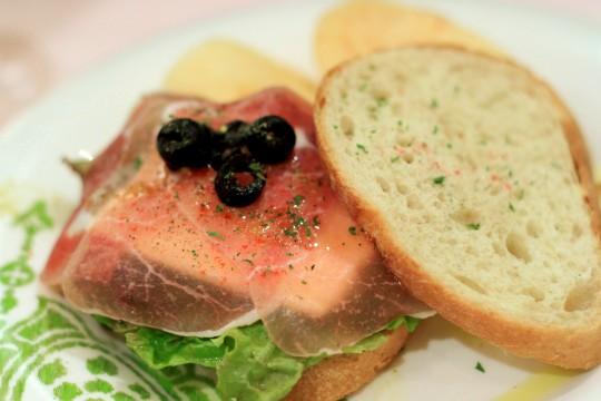 生ハムとクリームチーズのサンドイッチ