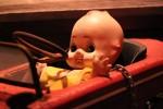 雰囲気ある古びたキューピー人形の置物
