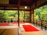 庭園の池を一望できる和室