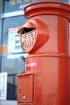 レトロな雰囲気の赤い丸ポスト