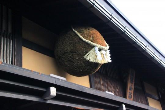昔ながらの造り酒屋の杉玉