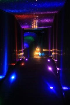 電飾で彩られたトンネル