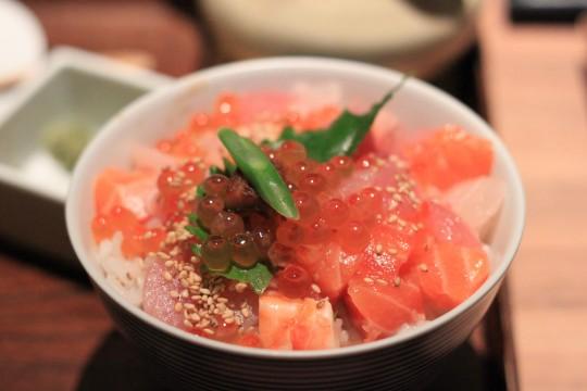 ピンク色あざやかな海鮮丼