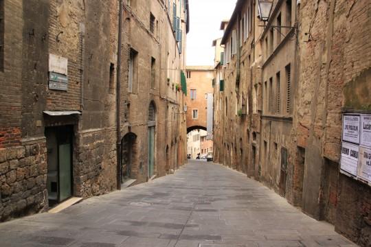 イタリアの古い石畳の路地裏