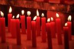 たくさんならんだ赤い蝋燭