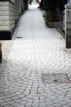 細く続く坂道ときれいな石畳