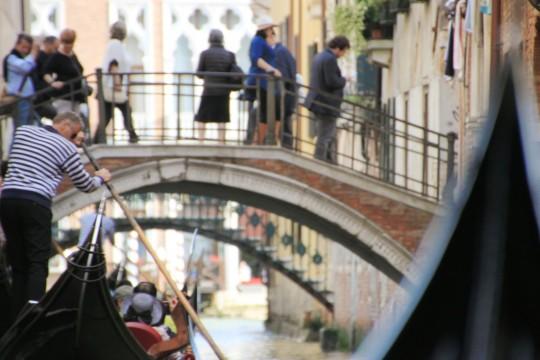 水の都ヴェネチアの水路をつなぐゴンドラ