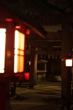 夜の神社、灯篭の明かり