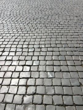 美しく敷き詰められた石畳