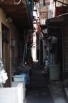 薄暗い住宅地の路地裏