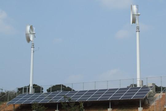 ソーラーパネルと風力発電の風車