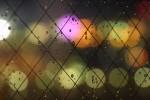 水滴と様々な色の光