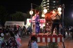 お祭りで太鼓を叩く男性
