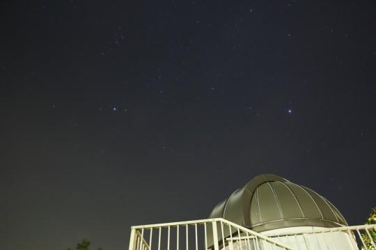 天文台の屋根と星
