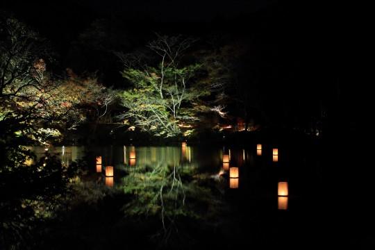 湖面に映るモミジと灯篭