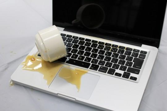 コーヒーをこぼしたノートブック